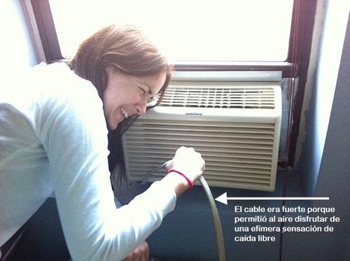 Amparo sujetando el aire acondicionado por el cable