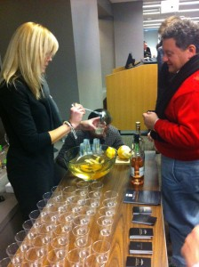 En los meetups se suele comer y beber. En este, una startup que lleva la bebida a casa aprovechó para mostrar su producto: Thirstie