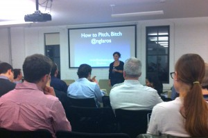 "Nicole Glaros mientras presentaba ""How to Pitch, Bitch"""