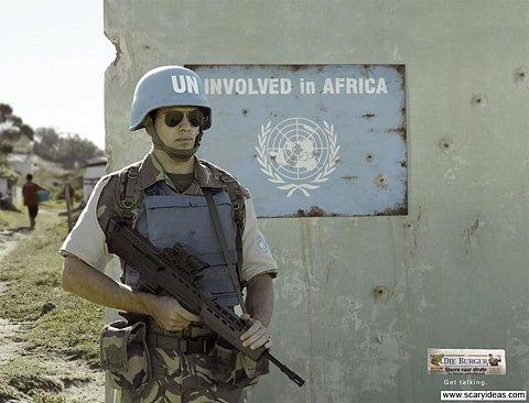"""Soldado de Naciones Unidas ante un cartel en el que se lee """"Involved in Africa"""""""