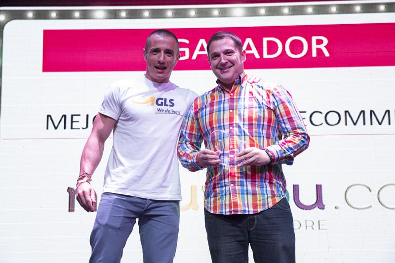 Javier Padilla (vamos, yo) recibiendo el premio de la mano del representante de GLS en los e-Awards 2016, celebrados este año en Barcelona