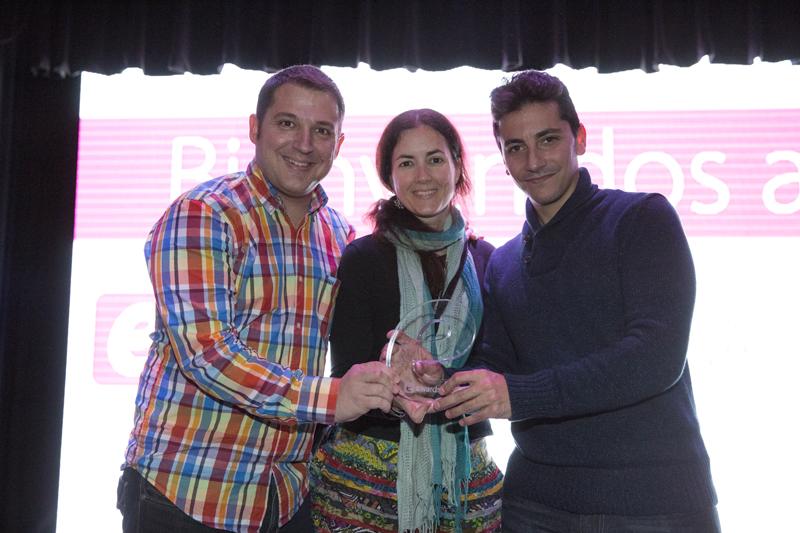 """Javier Padilla, Amparo Baca y Álex Guerra, posando con la bonita """"e"""" de metacrilato que les fue entregada en la gala de los e-Awards, celebrada en El Molino"""