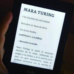 Fotografía de mi Kindle Paperwhite con el inicio del libro Mara Turing y el Dilema de los Sabios